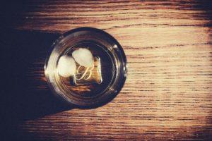 Whisky Flasche im Regal