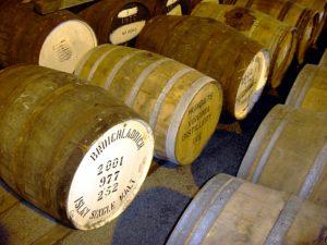 Lagerung des Whiskys in Holzfässern